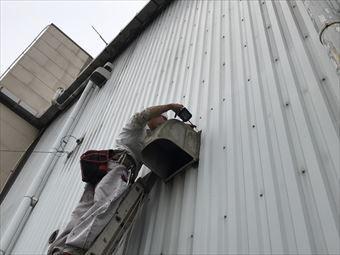 藤岡市立石町P工場様外壁の換気扇フードハシゴ取付中