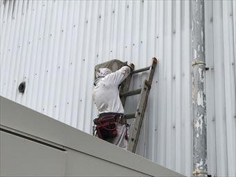 藤岡市立石町P工場様外壁の換気扇フードハシゴで作業