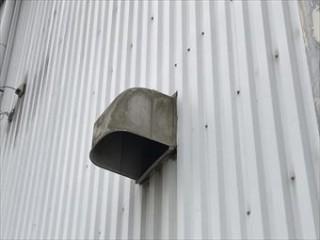 藤岡市立石町P工場様外壁の換気扇フードハシゴ取付完了