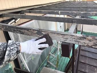 伊勢崎市鹿島町で波板を剥がした後のテラスをケレン