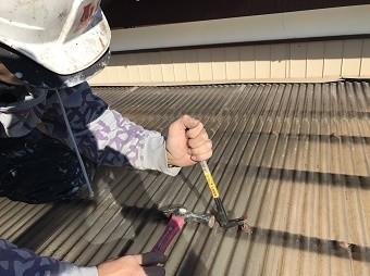 伊勢崎市鹿島町でテラスの屋根の波板を剥がしています
