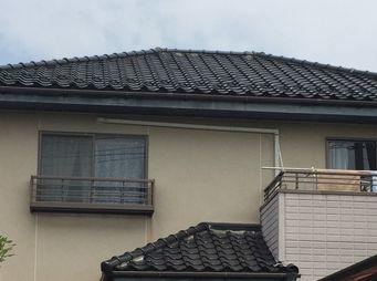 屋根から落ちてきた白い塊は屋根のすき間を埋めている漆喰というものです|前橋市田口町