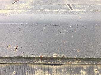 屋根の棟板金塗装前旧塗膜の膨れ
