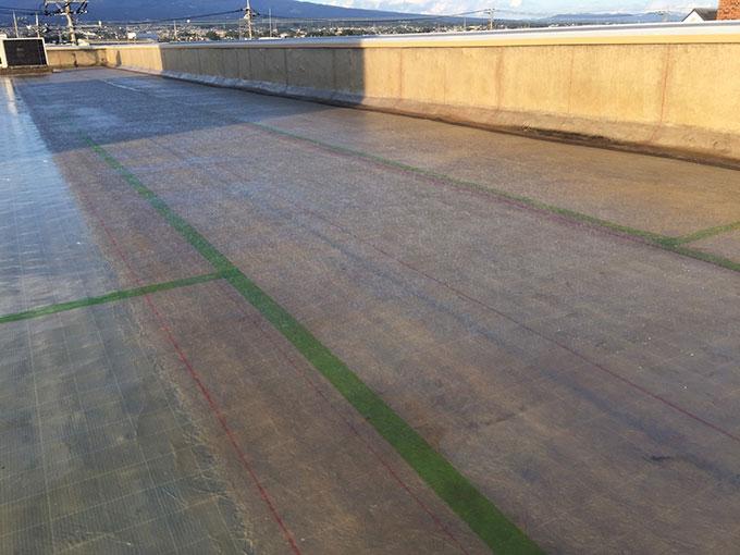 前橋市 屋上防水 一層目ガラスマット貼り付け
