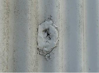工場外壁にできた埋めた穴のひび割れ