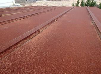 元の色が分からない程錆びた屋根