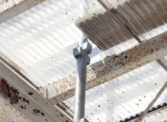 庇の波板に穴を開けて組んだ足場